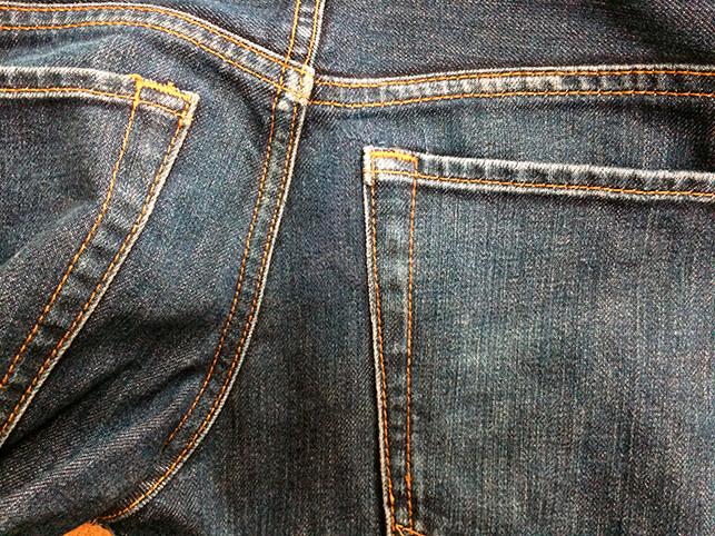 濃色ジーンズのバックポケット口に出来たダメージ