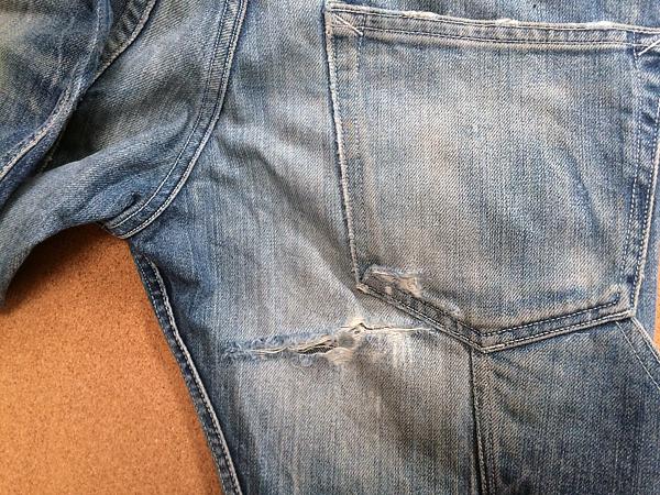 裁断が特殊なジーンズの尻完璧リペア前